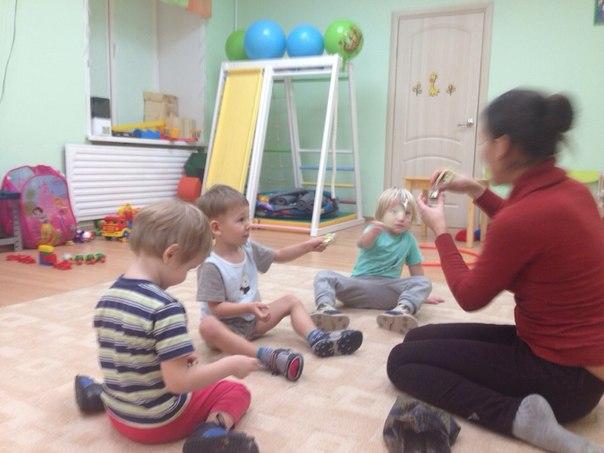 На музыкальных занятиях по системе М.Монтессори дети изучают инструменты и сами музицируют ими)))